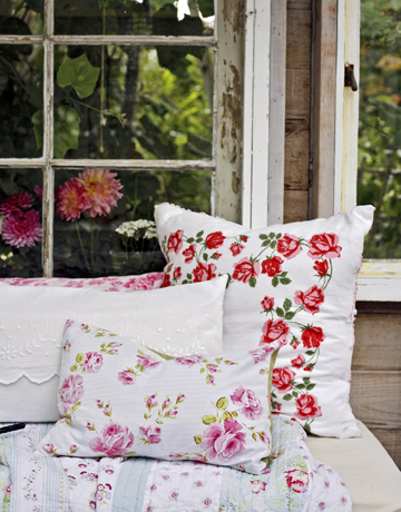 Floral-pillows-de-20203643 Country Living