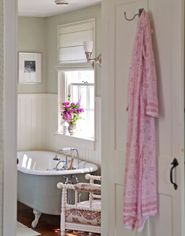 Bathroom-tub-de Country Living