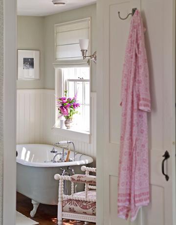 Bathroom-tub-de Country Living