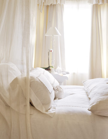 Bedroom-white-linens-HTOURS1205-de Country Living