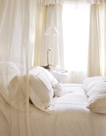 Bedroom-white-linens-HTOURS1205-de Country Living